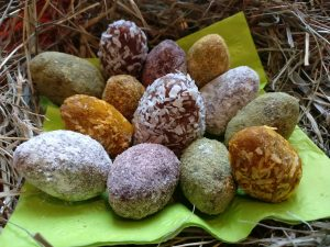 Rohvegane Mandel-Aprikosen-Ostereier - zuckerfrei